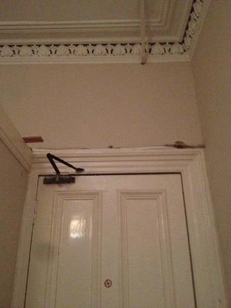 Edinburgh House Hotel: Bad paintwork and random wood