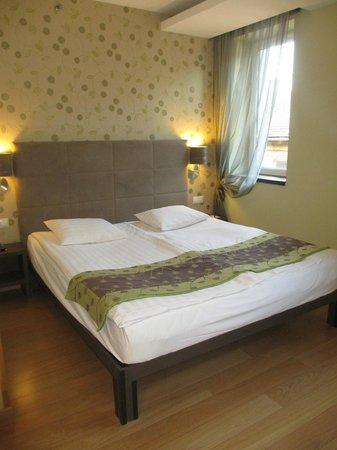 Opera Garden Hotel & Apartments : Grand lit confortable