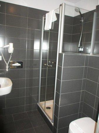 Salle de bain moderne photo de opera garden hotel apartments budapes - Salle de bain simple et moderne ...