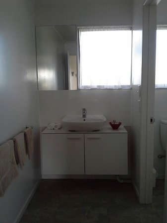 Airport Harbour View Motel: Updated Bathroom