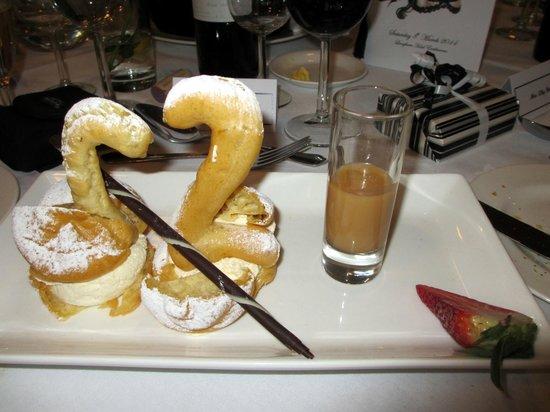 Langham Hotel: Choux pastry Swan desert!