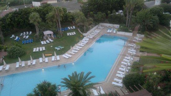 Grecian Sands Hotel : Вид из номера на бассейн
