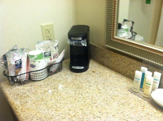 Hampton Inn Brattleboro : Bathroom coffee/toiletries