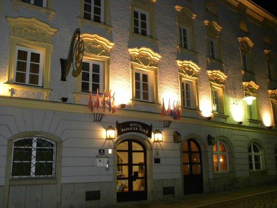 Hotel Passauer Wolf: Hotel abends
