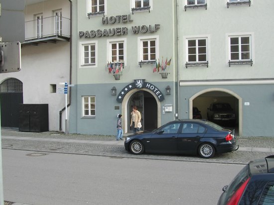Hotel Passauer Wolf: Hotelausgang an der Donau