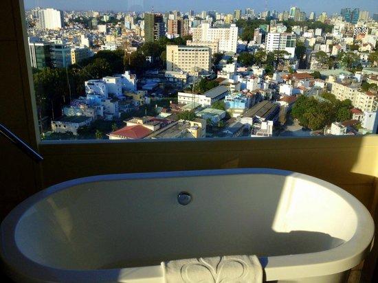 Hotel Nikko Saigon: View from the bathroom