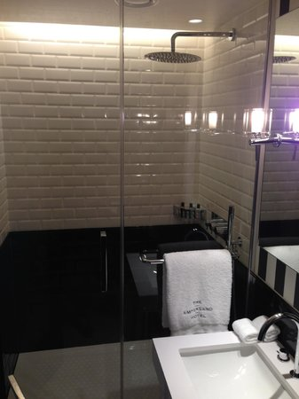 The Ampersand Hotel: Rather large and very clean walk-in shower room