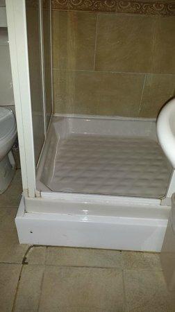 Dylan Apartments Earls Court: Horrendous shower enclousure