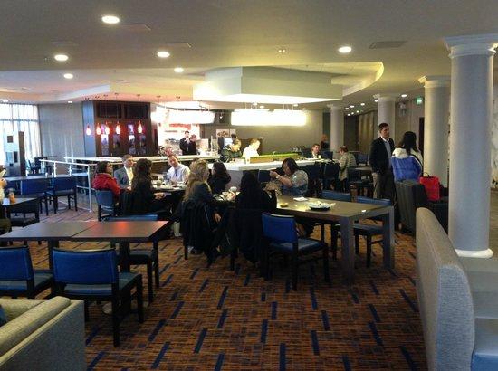 Courtyard Seattle Kirkland : busy lobby.. waiting for breakfast