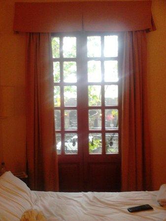 Hotel Esperanza & Artemisa Spa: esta es una habitación que da a la calle principal, a dos cuadras del río, incluso tiene un balc