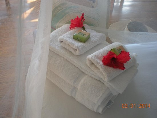 Lookout Inn Lodge: towels and flowers set on bed