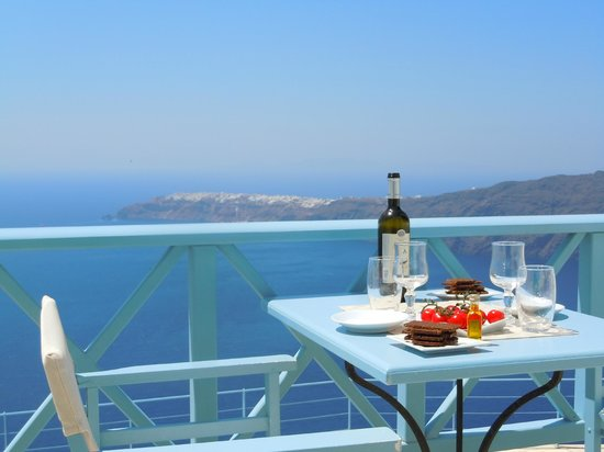 Absolute Bliss Imerovigli Suites: Lunch at our balcony just in front of the deep blue Ionian sea