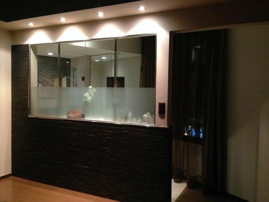 Wilson Boutique Hotel: El baño visto desde la habitación