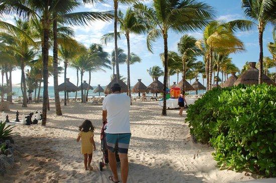 Ocean Breeze Riviera Maya Hotel: vista da praia do hotel