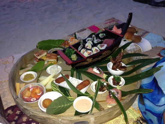 Baoase Luxury Resort: Our picnic dinner on the beach feast!