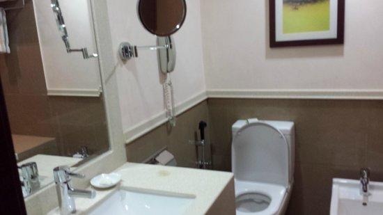 Holiday Inn Riyadh Izdihar: bathroom