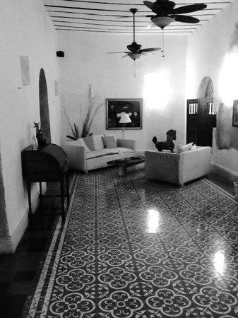 Hotel Posada San Juan: Living room area.