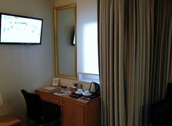 Aprilis Hotel: d