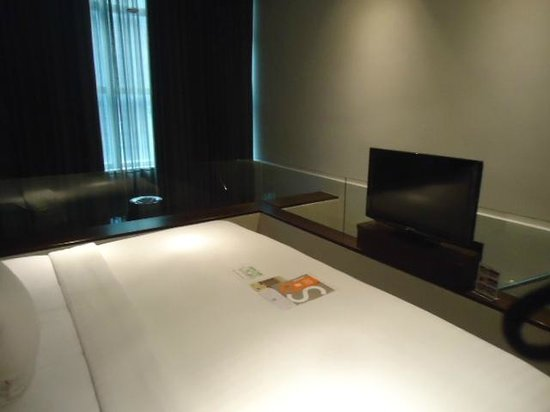 S31 Sukhumvit Hotel: S31, sup floor, TV bed