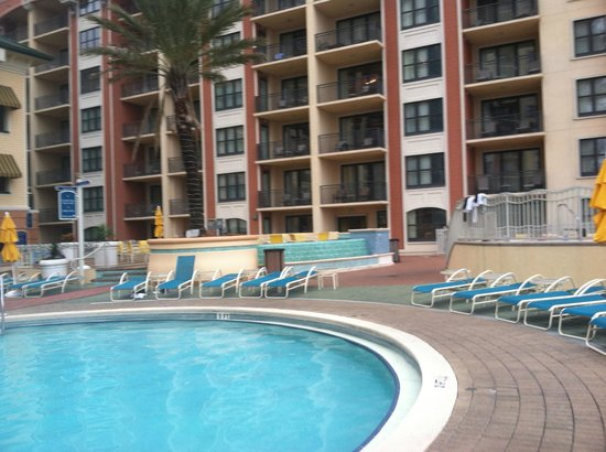 Emerald Grande at HarborWalk Village: Hotel on pool side