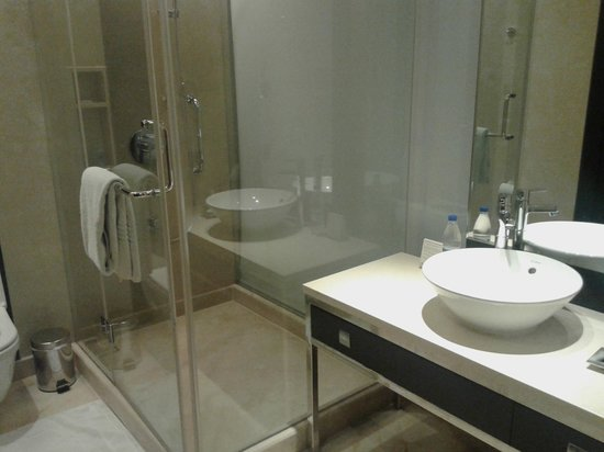 Courtyard by Marriott Pune Chakan: shower cubicle
