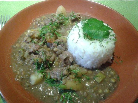 Cafe Restaurant El Tapado: El plato fuerte del menu de dia: estofado de res con lenteja a la provencal.