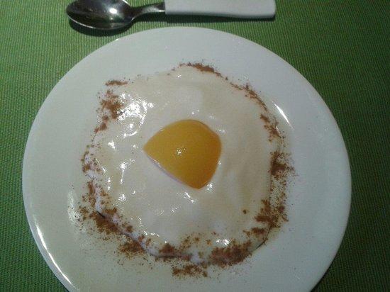 Cafe Restaurant El Tapado: El postre del menu del dia: sorpresa de gallina (y no es un huevo!). Todo solo por 30 bs.