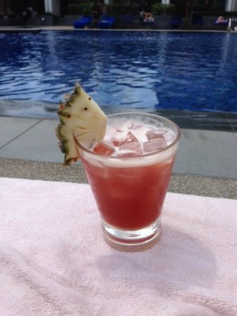 Singapore Marriott Tang Plaza Hotel: What else than Singapore Sling by the pool : P