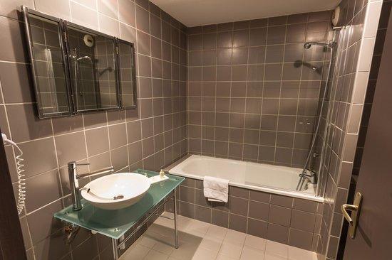 Quality Hotel Le Cervolan Chambery - Voglans : Salle de bain