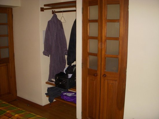 Vieja Cuba : open closet and bath entry, not very private, bath is sink toilet and shower, great water pressu