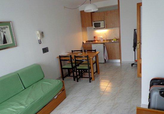 Ses Roquetes Apartamentos: spiseplads ved det lille køkken.