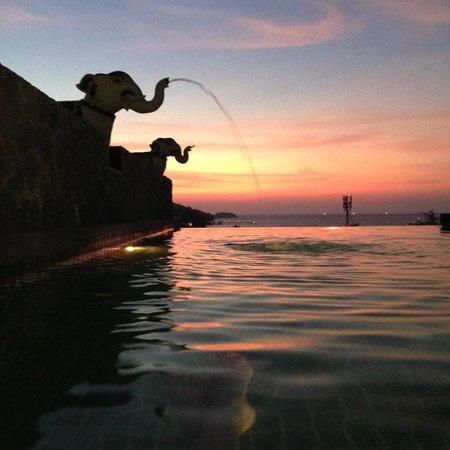 Meir Jarr: infinity rooftop swimingpool - the best viwe of Patong