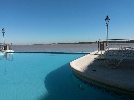 Radisson Hotel Colonia del Sacramento: Piscina com vista para o Rio da Prata