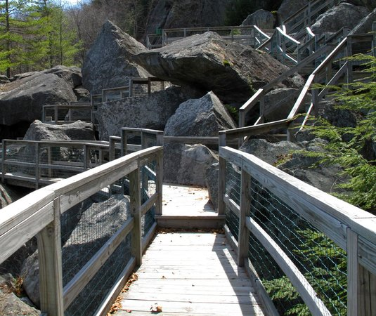 Polar Caves Park : Boardwalks connect the caves.