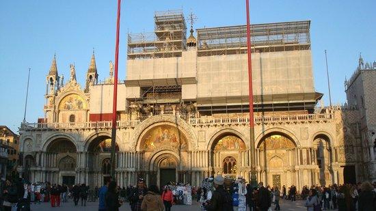 Basilique Saint-Marc : Façade en restauration