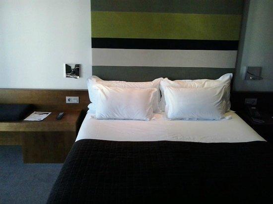 Hotel Enclave: Cama de la habitación