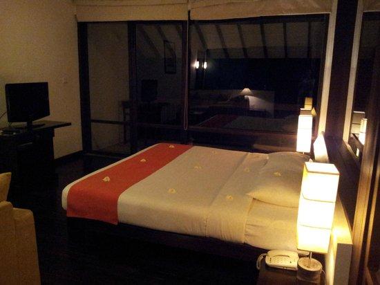 Temple Tree Resort & Spa: Vi anlände sent på kvällen. Det var mörkt ute, men sängen var skön.