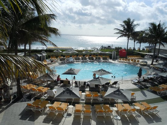 Boca Beach Club, A Waldorf Astoria Resort : View from second floor of Pool and Beach