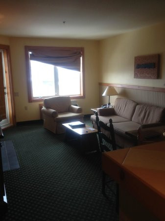 Lodge de la Montagne: Room 329 - Living area - a bit shabby (note broken curtain) but clean