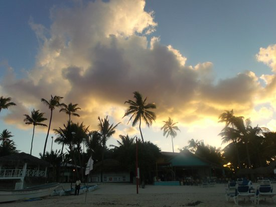 Tropical Princess Beach Resort & Spa : Sunset by the bar on the Caribe side.