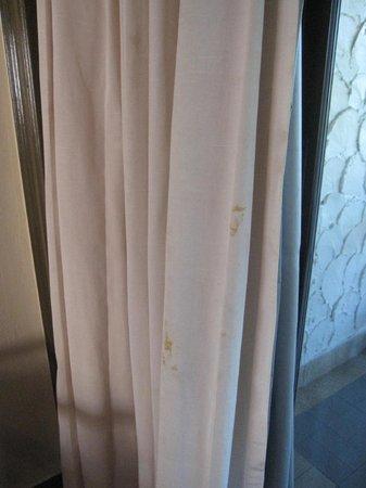 Phi Phi Island Cabana Hotel : Rideaux de la chambre