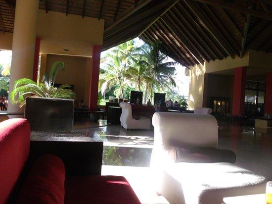Tropical Princess Beach Resort & Spa : Main lobby.