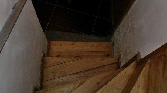 La Petite Eclipse : escalier menant à la salle de bain