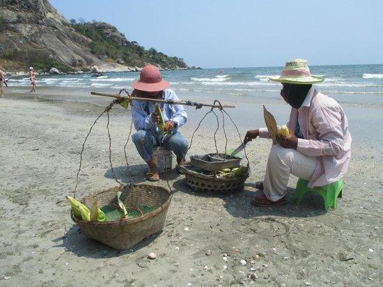 Anantasila Villa by the Sea, Hua Hin: gril af majs på stranden foran hotellet