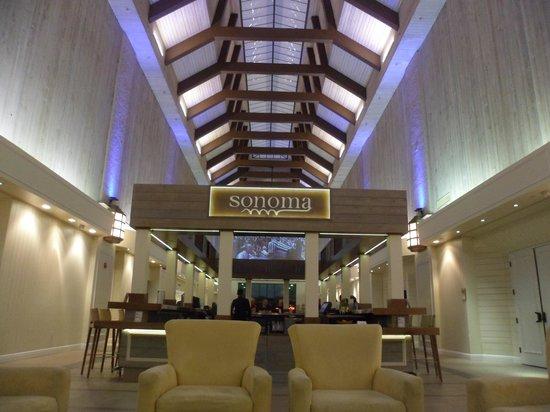 Doubletree by Hilton Orlando at SeaWorld: El hermoso Lobby con la barra en el centro