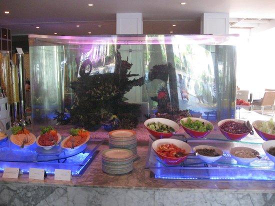 Vivanta by Taj - Bentota: The Palms restuarant - fish tank surrounded by breakfast!