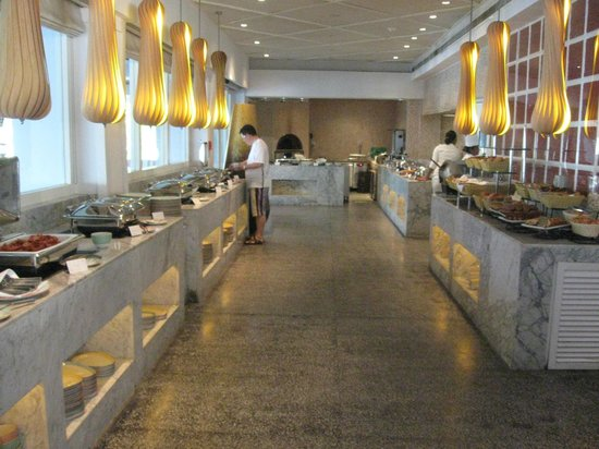 Vivanta by Taj - Bentota: The Palms restaurant buffet
