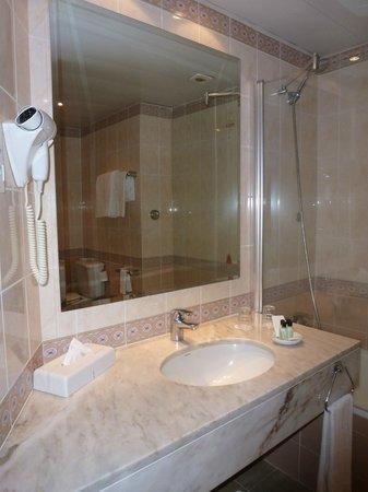 Pestana Village Garden Resort Aparthotel: The Bathroom