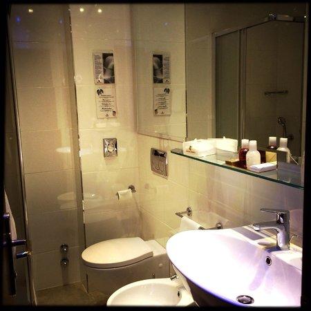 Hotel Berna: Hochmodernes Bad