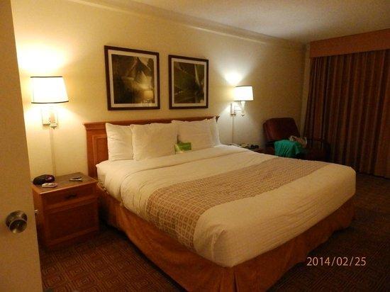 La Quinta Inn & Suites Ft Lauderdale Cypress Creek : cama enorme e confortável